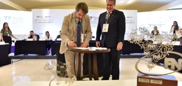 La CCBC i el Frente Nacional de Prefeitos signen un conveni de col·laboració.